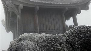 HÌNH ẢNH: Chùa Đồng bao phủ băng đá, đỉnh Yên Tử lạnh -6 độ C