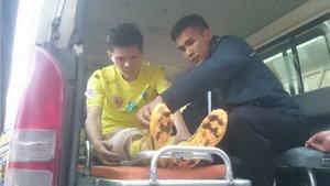 Trung vệ hay nhất Hà Nội T&T nhập viện