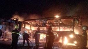 Hai xe khách tông nhau bốc cháy, ít nhất 10 người chết khó nhận dạng
