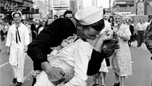 'Nụ hôn tại Quảng trường Thời đại' từng bị coi là...tấn công tình dục