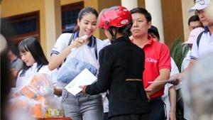 Hoa hậu Phạm Hương vác gạo, đi xe máy tặng quà đồng bào miền Trung