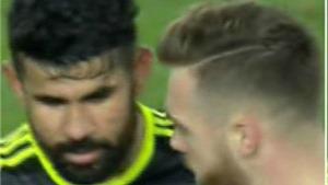 CĐV Arsenal giận dữ vì màn đổi áo 'ngu ngốc' của Chambers với Diego Costa