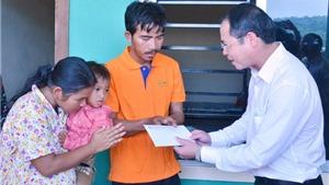 Đại sứ quán Việt Nam và Tổng hội người Campuchia gốc Việt thăm hỏi cháu bé bị hành hạ