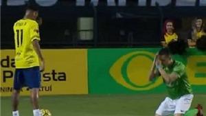 HI HỮU: Neymar khiến hậu vệ đối phương phải... quỳ xuống xin tha