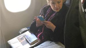 Vì sao bức ảnh bà Hillary Clinton đọc báo gây bão?