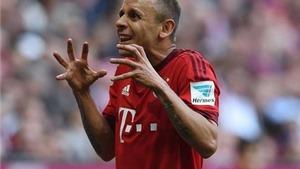HI HỮU: Rafinha đá bay… đĩa khoai tây của khán giả trong chiến thắng của Bayern