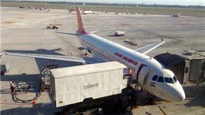 Nghị sĩ Ấn Độ rút dép lê đánh tới tấp tiếp viên hàng không