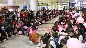 Fan Việt xếp hàng dài tại Nội Bài đón Sooyoung, Yuri và Sunny