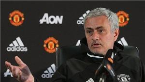 Mourinho trừng mắt ngạc nhiên vì bài hát cổ động của CĐV Man United