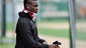 Balotelli... quên mình là cầu thủ Liverpool, cổ vũ cho Man City