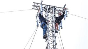 Đạo diễn Cường Ngô sang Thái Lan tập... leo cột điện!