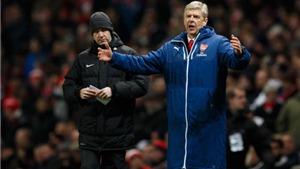 HLV Arsene Wenger thay chiếc áo khoác trứ danh bằng một áo phông sặc sỡ