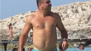 Ronaldo 'béo' khoe thân hình đồ sộ bên bạn gái kém 14 tuổi
