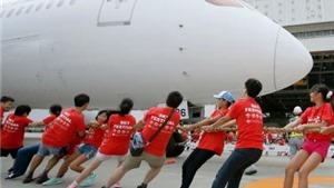 KỲ LẠ: Học sinh Nhật Bản thi kéo co với... Boeing 787