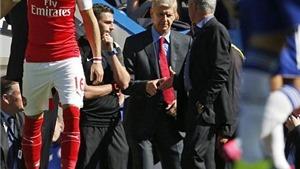 Rất MOURINHO: Chắn đường, buộc Wenger miễn cưỡng phải bắt tay