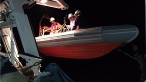 Ngoạn mục cứu hai thuyền viên gặp nạn trên biển