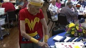 'Lão bà bà' sinh nhật 103 tuổi với trang phục… siêu nhân