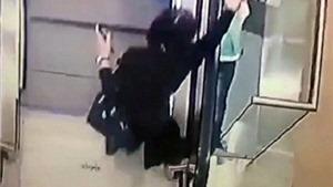 Sốc: VIDEO khoảnh khắc bé gái trượt tay rơi khỏi thang cuốn