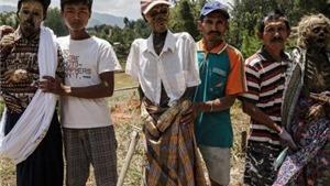 Chùm ảnh: Kinh hoàng tục đào mộ, đưa người chết đi dạo ở Indonesia