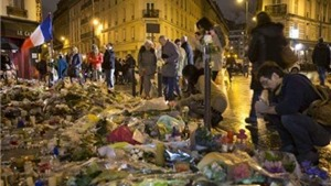 Một tuần sau khủng bố, Paris thắp nến, chơi nhạc tưởng niệm các nạn nhân