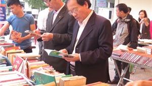Tưng bừng hội chợ sách đầu tiên tại Huế