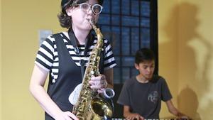 Cha con Trần Mạnh Tuấn tham gia LH âm nhạc Bourbon Street Jazz & Blues