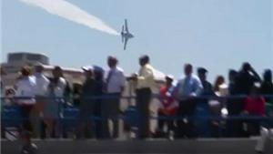 VIDEO: 'Thiên thần xanh' F/A-18 lao xuống bốc cháy, đại úy Mỹ tử nạn