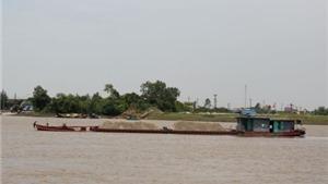 Sông Hồng sắp 'nuốt trôi' đường tỉnh lộ ở Yên Bái