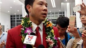 VIDEO: Biển người 'BAO VÂY' Hoàng Xuân Vinh tại sân bay Nội Bài