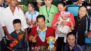 'Người hùng' Văn Công khuấy động sân bay Tân Sơn Nhất