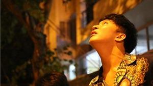VIDEO: Chết cười cảnh 'Vệ sĩ Sài Gòn' B Trần mặc nội y đu dây điện