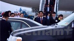 Thủ tướng Nhật Bản Shinzo Abe đặt chân xuống sân bay Nội Bài