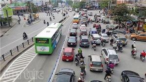Có dải phân cách cứng, buýt nhanh vẫn bị 'chiếm' đường