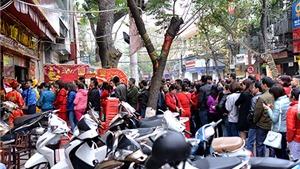 Hà Nội: Hàng trăm người xếp hàng mua vàng ngày vía Thần Tài