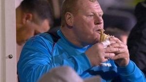 CẬN CẢNH thủ môn 'béo nhất thế giới' nhai ngấu nghiến chiếc bánh trong trận đấu với Arsenal