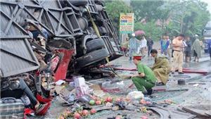 Hiện trường tai nạn thảm khốc, xe ô tô giường nằm bẹp dúm