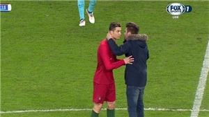 Trận Hà Lan - Bồ Đào Nha bị gián đoạn vì CĐV vào sân đòi... hôn Cristiano Ronaldo