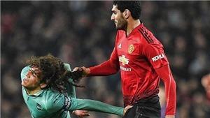 Tình huống Fellaini kéo tóc Guendouzi gây sốt trên mạng xã hội