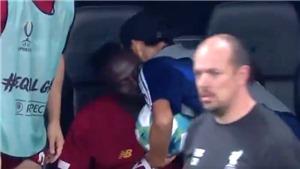 Xúc động trước hình ảnh Mane chủ động tặng áo cho cậu bé nhặt bóng