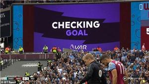 CĐV Anh đồng loạt phản đối VAR: 'Bóng đá đang bị hủy hoại'