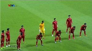 Đội tuyển Việt Nam gây sốt khi chụp ảnh kiểu giãn cách ở trận đấu với Indonesia
