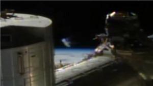 UFO trong suốt lướt ngang qua trạm vũ trụ ISS?