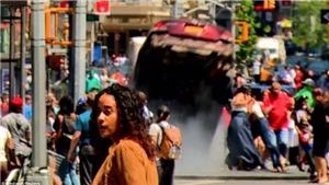 Khoảnh khắc 'xe điên' bay khỏi mặt đất ở Quảng trường Thời New York
