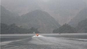 Tàu cuốc rầm rộ hút cát trên sông Đà, người dân chặn giữ xe doanh nghiệp