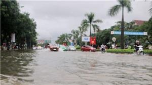 Áp thấp nhiệt đới đổ bộ: Người dân thành Vinh bì bõm lội nước