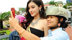 Người dân Quảng Bình xuống đường chào đón các Hoa hậu Hòa Bình Thế giới