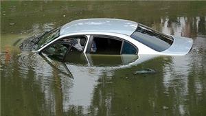 Ô tô lao xuống sông Hồng, hai bác sĩ bệnh viện tỉnh Yên Bái tử vong