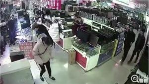 Cắn pin iPhone để kiểm tra, khách hàng Trung Quốc bị nổ 'sấp mặt luôn'