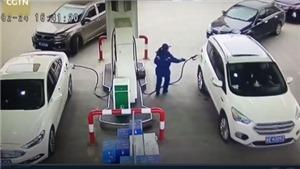 VIDEO: Nữ tài xế thản nhiên rồ ga, suýt gây thảm họa ở cây xăng