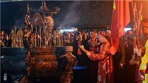 Hình ảnh vạn người 'chen vai thích cánh' xin ấn đền Trần trong đêm